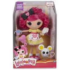 Piccola bambola con spazzola e topolino